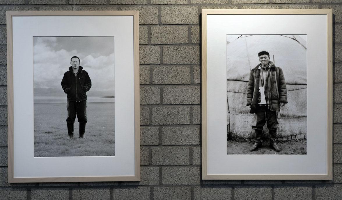 Zwei Bilder an der Wand