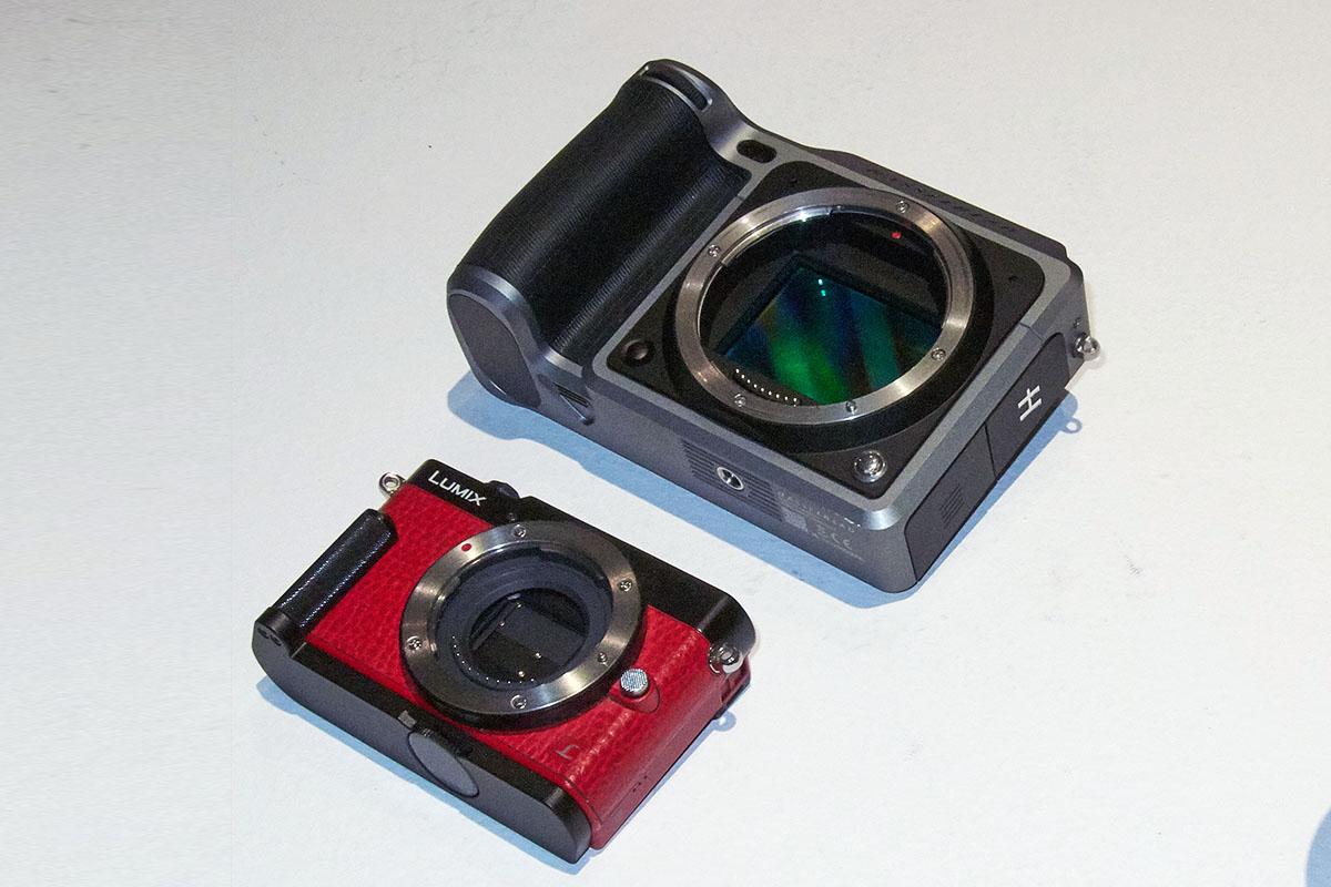 Kamera im Vergleichsbild: Panasonic Lumix GM5 (kaum größer als eine normale Kompaktkamera)